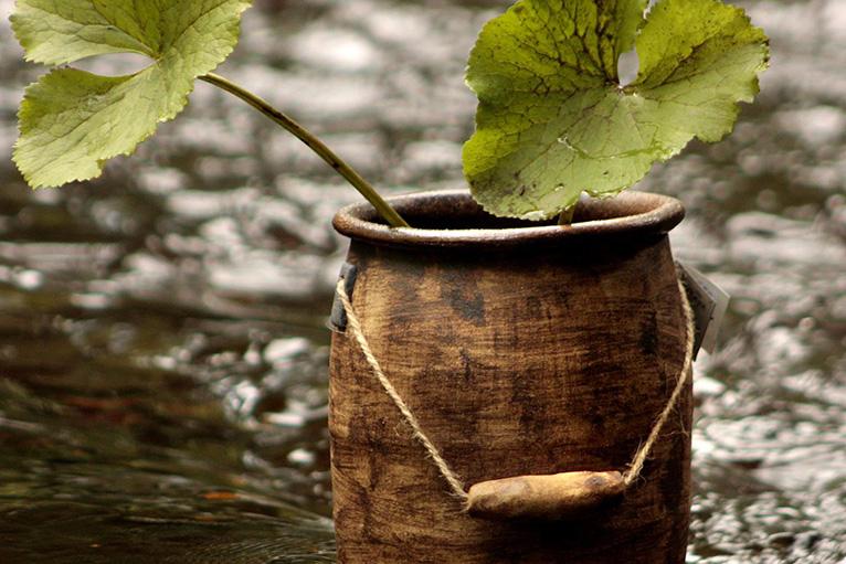 Handbyggd mjölkkanna i keramik av stengods.