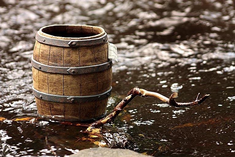 Handbyggd tunna i keramik av stengods, ser ut som trä.